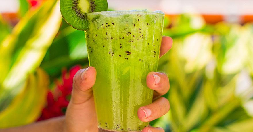 Drinks para fazer em casa: Caipirinha de Kiwi.